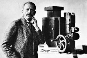 Max Skladanowsky mit Bioskop / Foto 1933 Skladanowsky, Max Schausteller und Erfinder (entwickelte mit seinem Bioskop 1895 einen der Vor- laeufer des beweglichen Films, erste Vorfuehrung am 1.11.1895); Berlin 30.4.1863 - ebd. 30.11.1939. - Max Skladanowsky mit seinem Bioskop aus dem Jahre 1895.- Foto, um 1933.